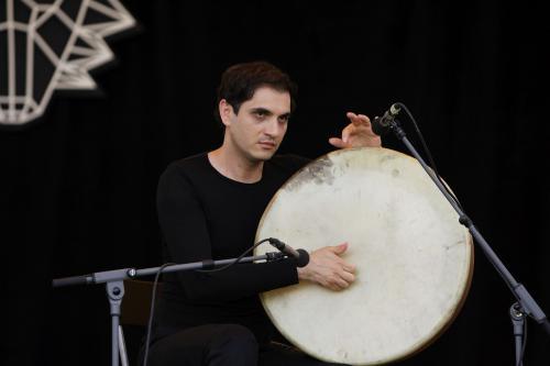 Íránský perkusový génius Mohammad Reza Mortazavi GJ5N8351ev