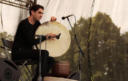 Íránský perkusový génius Mohammad Reza Mortazavi GJ5N8361ev