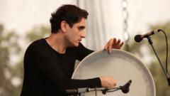 Íránský perkusový génius Mohammad Reza Mortazavi hraje na daf