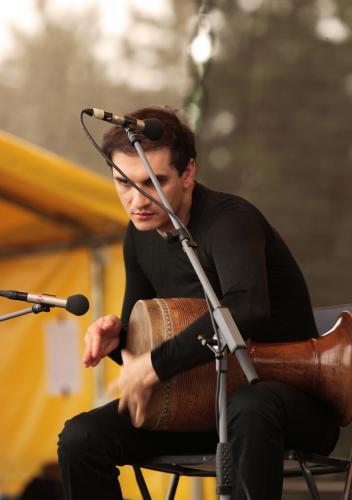 Íránský perkusový génius Mohammad Reza Mortazavi hraje na tonbak  GJ5N8400ev